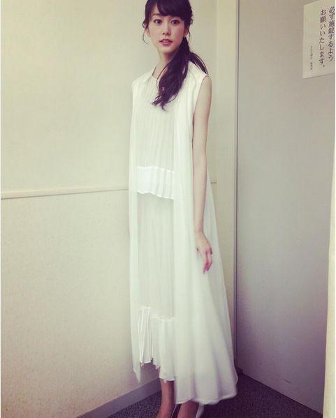 白いワンピースを着た私服の桐谷美玲