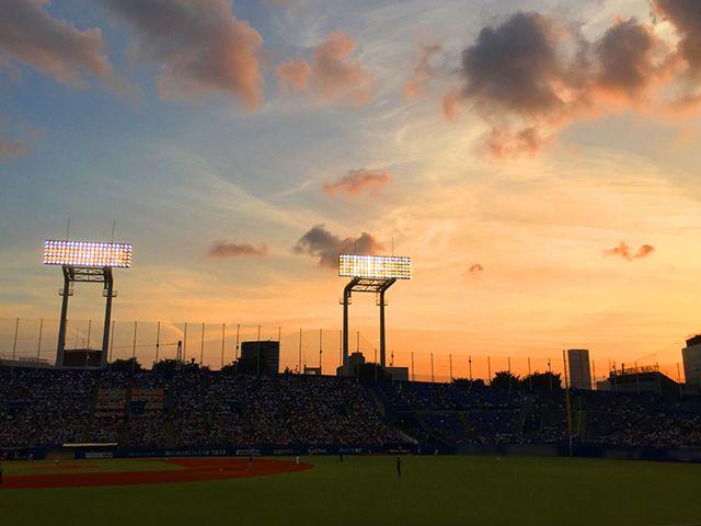 夕暮れの神宮野球場