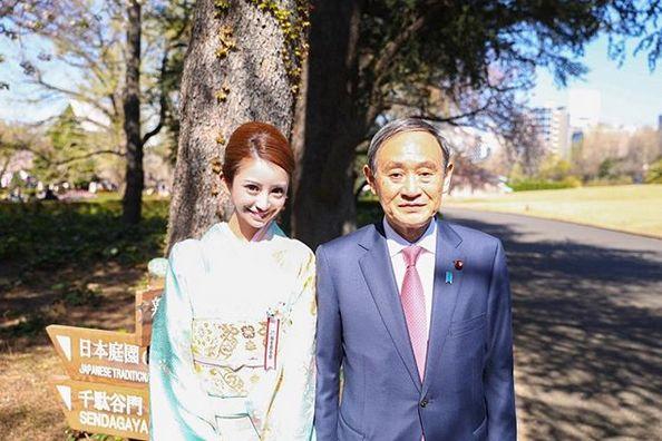 (左より)愛沢えみり、菅義偉官房長官