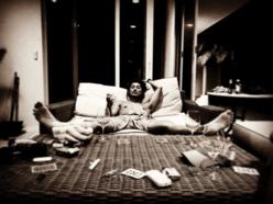 """赤西仁、""""一糸まとわぬ上半身""""でベッドに横たわる写真にファン興奮"""