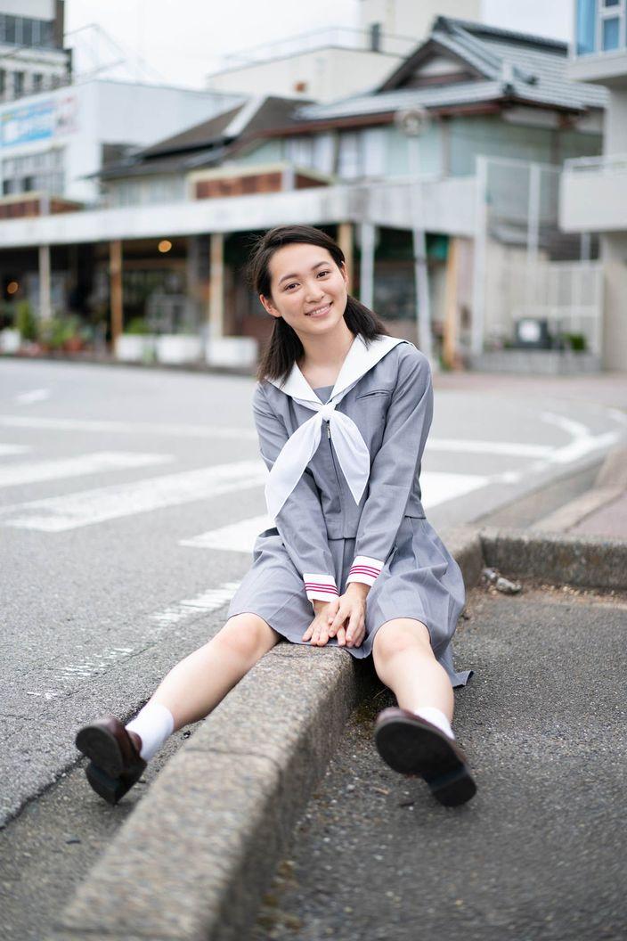 岡本桃花「清楚な制服姿」がまぶしい期待の新人!【写真5枚】